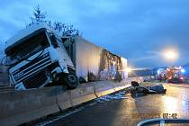 Požár zachvátil nákladní vůz, což si kromě dopravní komplikace vyžádalo také zranění dvou osob.