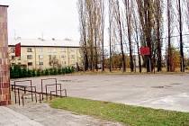 Místo starého a nevzhledného hřiště vyroste u základní školy Wolkerova v Bílovci hřiště nové. Další sportoviště přibude u základní školy Komenského.