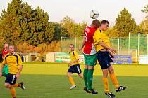 Fotbalisté Bílovce ( ve světlejších dresech) si připsali první letošní remízu. S lídrem soutěže, Rýmařovem, hráli na domácím hřišti bez branek.