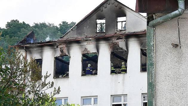 Od třetí hodiny ranní bojovali v sobotu 25. června hasiči z Novojičínska s požárem budovy bývalého ředitelství společnosti Romo ve Fulneku.