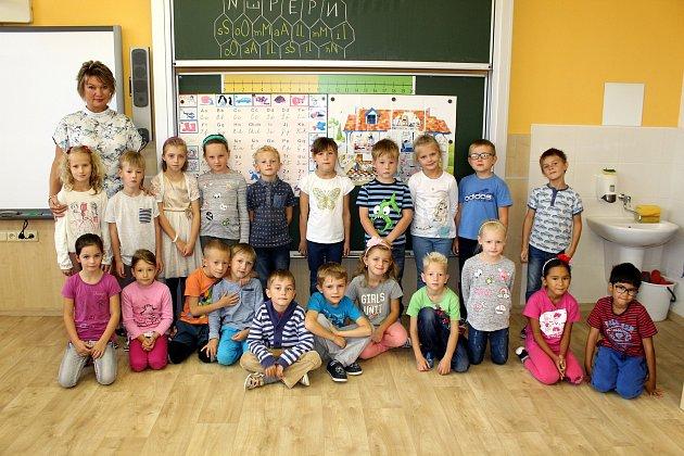 Žáci Základní školy a Mateřské školy Františka Palackého Hodslavice střídní učitelkou Hedou Kučerovou.