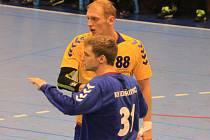 KOPŘIVNICKÁ spojka Dalibor Mynář (s číslem 88) s brankářem Markem Žingorem.