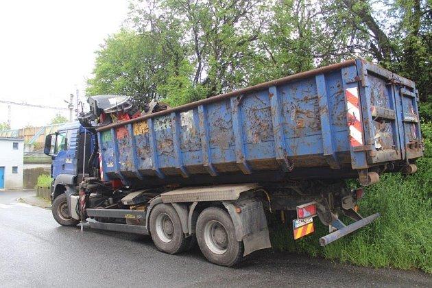 Řidič zavadil oželezniční most vSuchdole nad Odrou hydraulickým ramenem nákladního vozidla.  Foto: Policie ČR