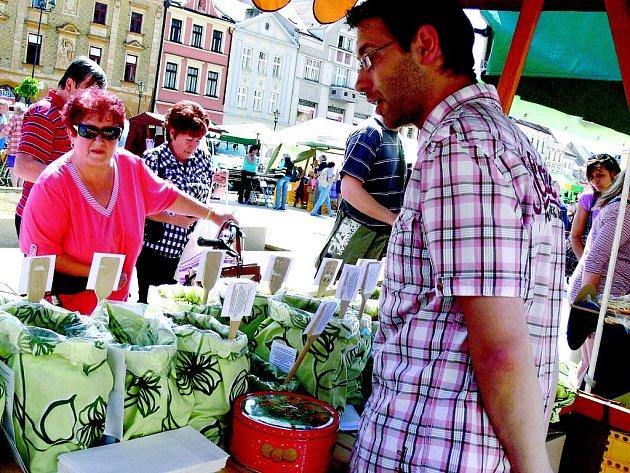 Farmářské trhy jsou velice populární a probíhají v mnoha okolních městech. Fotografie zachycuje letošní jarmark na náměstí v nedalekých Hranicích.