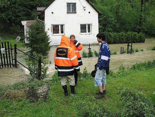 Starostka Bílovce Sylva Kováčiková a místostarosta Miroslav Kratochvíl sledují situaci v Údolí mladých.