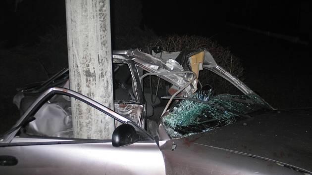 Nezkušený devatenáctiletý řidič, který přecenil své schopnosti, zavinil podle policie v pondělí večer tragickou nehodu v Bordovicích.