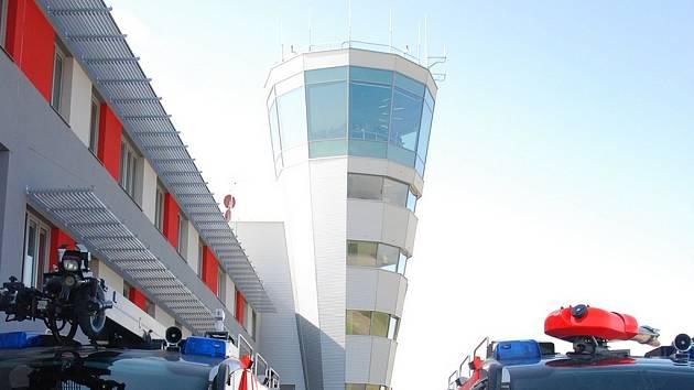 Zcela nové Integrované výjezdové centrum na Letišti Leoše Janáčka v Ostravě už slouží hasičům a zdravotnickým záchranářům.