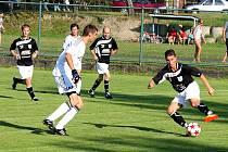Fotbalisté Veřovic (světlé dresy) porazili v úvodním zápase nové sezony nováčka soutěže Bordovice 1:0.