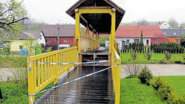 Strážníci zvedli most v Žilině, místní části Nového Jičína, a uzavřeli ho.