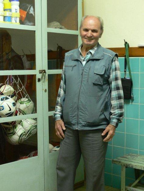 Usměvavý chlapík Miroslav Kubala začínal s fotbalem už v roce 1947. Fotbal má stále rád a pořád ho baví.