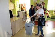 V Kuníně odvolilo během prvních dvou hodin asi deset procent.
