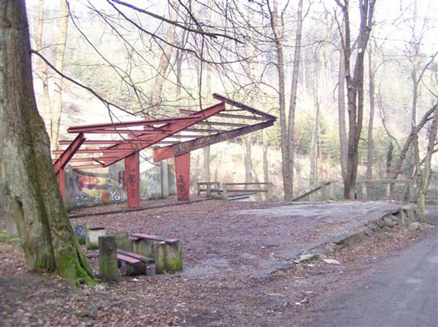 Ze zastřešení pódia v areálu Skalni sklepy zbyla jen kovová konstrukce.