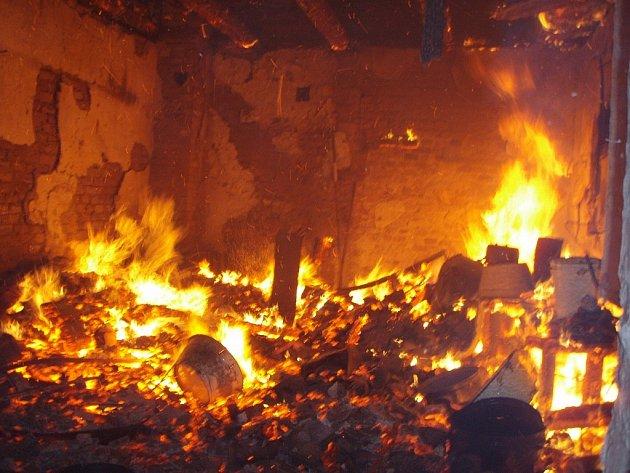 Hasiči museli evakuovat zvířata při požáru hospodářského objektu v Mankovicích.