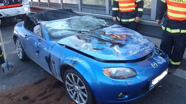 Totálně zdemolovaný kabriolet Mazda MX-5, lehce zraněná řidička v péči lékařů a škoda za 300 tisíc korun.