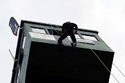 Vertikální Horečky. Slaňování z věže zvládl i Kazma
