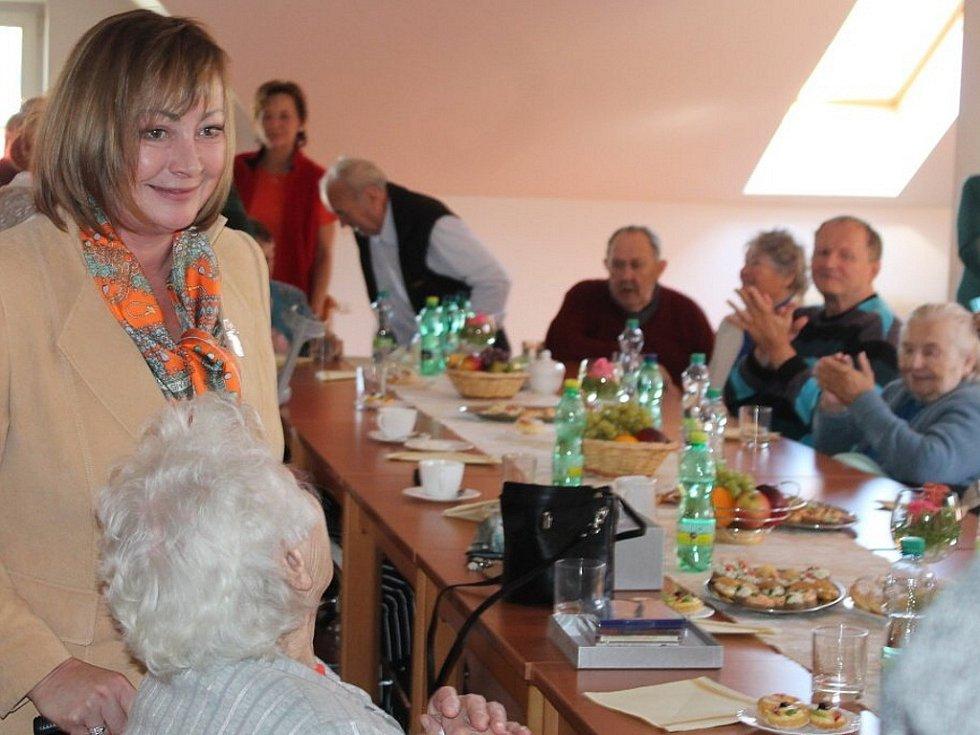 Ivana Zemanová přijela v úterý 1. října do Oder, kde strávila zhruba hodinu a půl v příjemné atmosféře v tamním Domově Odry.