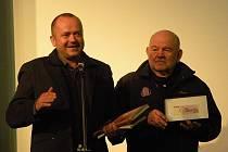 Cestovatel a filmař Jaroslav Jindra předal Karlu Lopraisovi padesátimilionovou bankovku ze Zimbabwe, odkud se vrátil před týdnem.