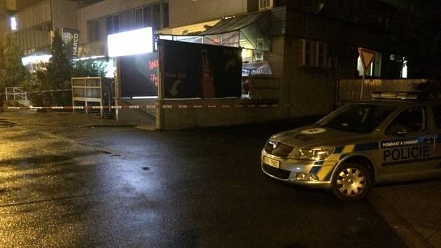 Po příjezdu policejního psovoda a prozkoumání vnitřních prostorů klubu v centru Kopřivnice byl výskyt výbušniny vyloučen.
