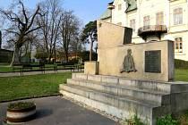 Válečné pomníky stojí na pravé a levé straně při vstupu do areálu studéneckého zámku.