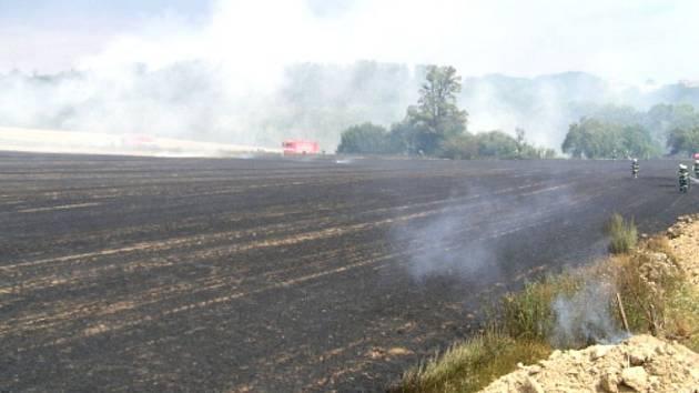 Požár strniště mezi Olbramicemi a Klimkovicemi hasilo devět sborů.