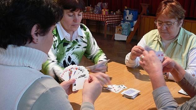 Napnuté nervy a mlaskání karet ovládlo v sobotu Obecní dům v Kateřinicích. Na turnaji žolíků se utkaly desítky karbaníků. Kdo ale čekal soutěživé chlapy, nedočkal se.