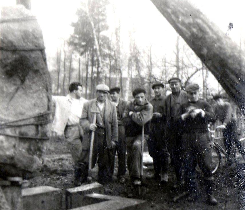 Budování památníku na paměť rudoarmějcům padlým při osvobozování Bravantic.