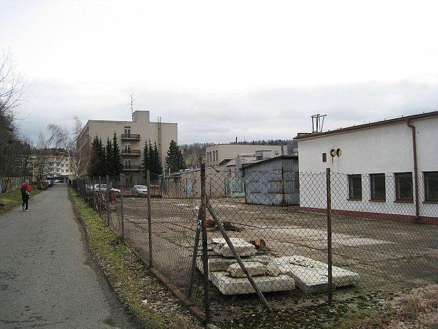 Nová parkovací plocha pro klienty nemocnice se rýsuje v místě před internátem.