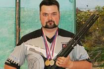 Hned dvě medaile si z Mistrovství České republiky v IPSC brokovnici, třídě standard manuál, přivezl novojičínský rodák Michal Vavrečka.
