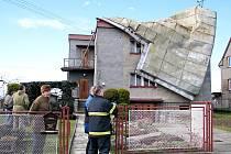 Dům v Pustějově, na němž vichřice servala střechu. Majitel (v beranici) oslavil pár dnů předtím sedmdesátiny.