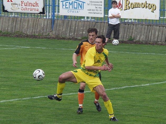 Fulnečtí fotbalisté (v oranžovém) porazili doma druhé Mutěnice a zvýšili tak náskok v čele Moravskoslezské fotbalové ligy.