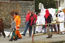 Tradiční masopustní průvod prošel v sobotu 9. února také Lukavcem, místní části Fulneku. V průvodu nechyběla nevěsta, ženich, kůň či medvěd.