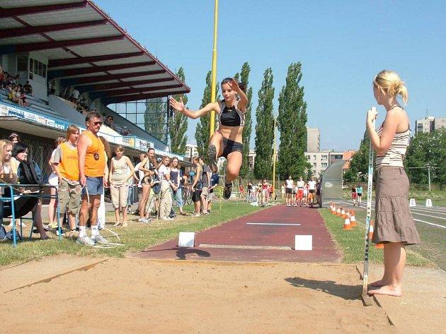 Na atletickém stadionu skákala do dálky i Jolana Janyšková (15 let) ze základní školy na ulici Dlouhá 56, která se atletikou zabývá třetím rokem.