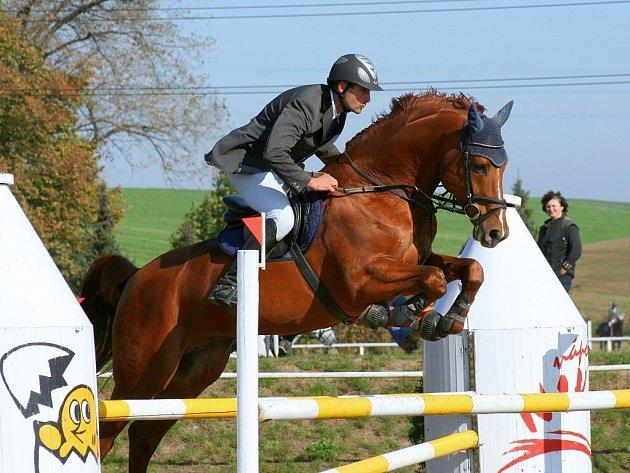 Vítěz hlavní soutěže S* v Opavě-Kunčičkách, Jiří Hruška, na koni Aristo Z z domácího jezdeckého klubu.