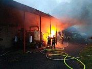 Hasiči na Novojičínsku uchránili před požárem 40 býků a celý kravín.