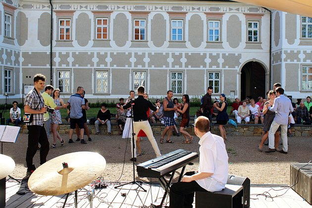 Sambu a tango se mohli naučit návštěvníci akce Tanec v zahradách, jejíž první díl se uskutečnil v zahradě piaristického kláštera v Příboře.