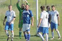 Veřovičtí fotbalisté přivítali ve svém ženklavském azylu v derby I. A třídy, sk. B, Petřvald na Moravě.