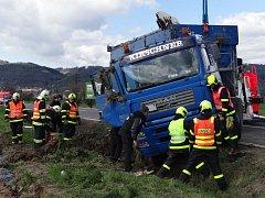 Čtyři jednotky hasičů zasahovaly v pondělí dopoledne u nehody nákladního automobilu MAN s 28 tunami štěrku na korbě, který skončil na silnici z Oder do Fulneku v příkopu na pravém boku.