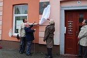 Odhalení pamětní desky na domě číslo 34 v Hoblíkově ulici v Novém Jičíně rodáku Maxi Mannheimerovi.