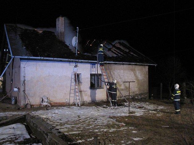 Požár střechy hájenky v Odrách, respektive místní části Pohoř, zaměstnal v noci na úterý 26. března pět jednotek hasičů.