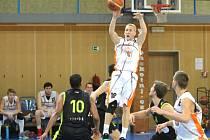 Novojičínští basketbalisté (v bílém) se díky osmé výhře v sezoně přiblížili k účasti vplay-off.