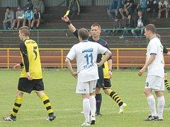 Bíloveckým fotbalistům (v bílém)nevyšel domácí duel s poslední Břidličnou.