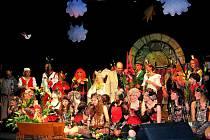 MUZIKÁL HRÁTKY S ČERTEM měl v podání souboru Lojza z Oder velký úspěch zejména u menších diváků. Děkovaček se zúčastnil také režisér Miloš Čížek (uprostřed s kyticí).