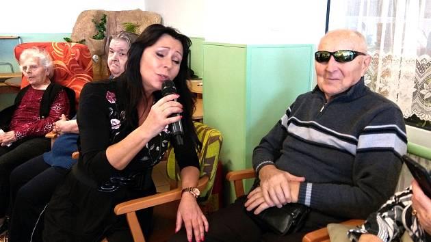 Heidi Janků splnila frenštátským seniorům v Domově Hortenzie vánoční přání.