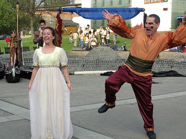 Bábkové divadlo Žilina se na divadelní přehlídce Kopřiva ukázalo s hrou Othello alebo Škrtič Benátský.
