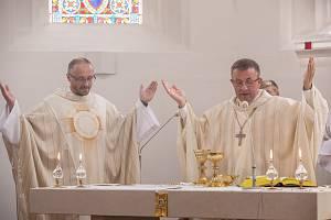 Obřad svěcení oltáře v kostele Všech svatých ve Vlčovicích.