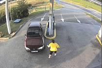 Záběr bezpečnostní kamery. Obsluha se snaží zabránit řidiči v odjezdu.