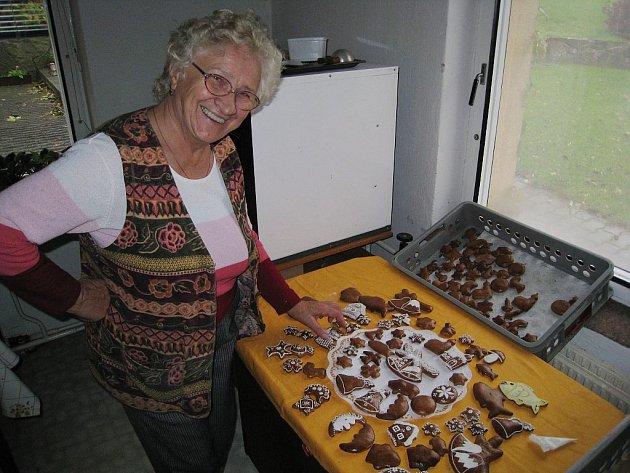 Už od minulého týdne peče na Vánoce perníkářka Zdeňka Hanzelková z Libhoště, místní části Nového Jičína.