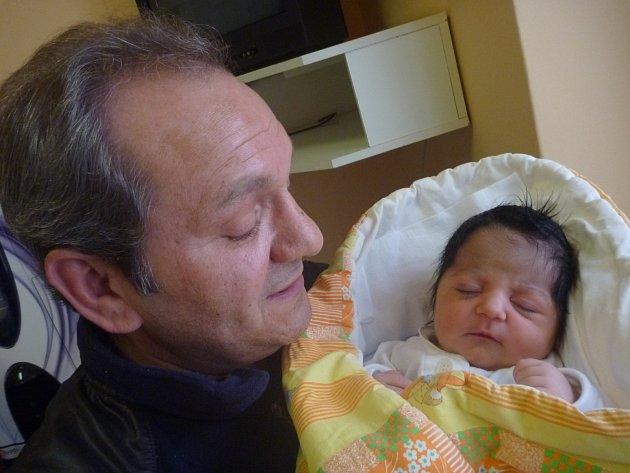 VANESA HORVÁTHOVÁ s dědečkem Arpádem Sivákem, Příbor, nar. 21. 3. 2016, 51 cm, 3,43 kg. Nemocnice Nový Jičín.