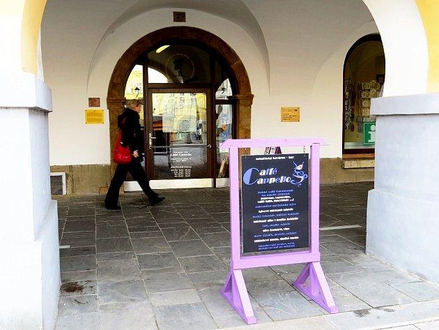 Vchod do kavárny Caffé Cappello.