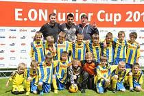 Velký zážitek si z turnaje v Jakubčovicích přivezli mladí fotbalisté Rybí, které na fotografii doplnil ambasador turnaje Milan Baroš.